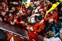 Yarış galibi Sebastian Vettel, Ferrari, ve takımı