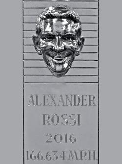 Ganador de la Indianápolis 500 de 2016 Alexander Rossi imagen de plata en el trofeo de Borg-Warner