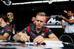 Kevin Magnussen, Haas F1 Team, firma autógrafos para los aficionados