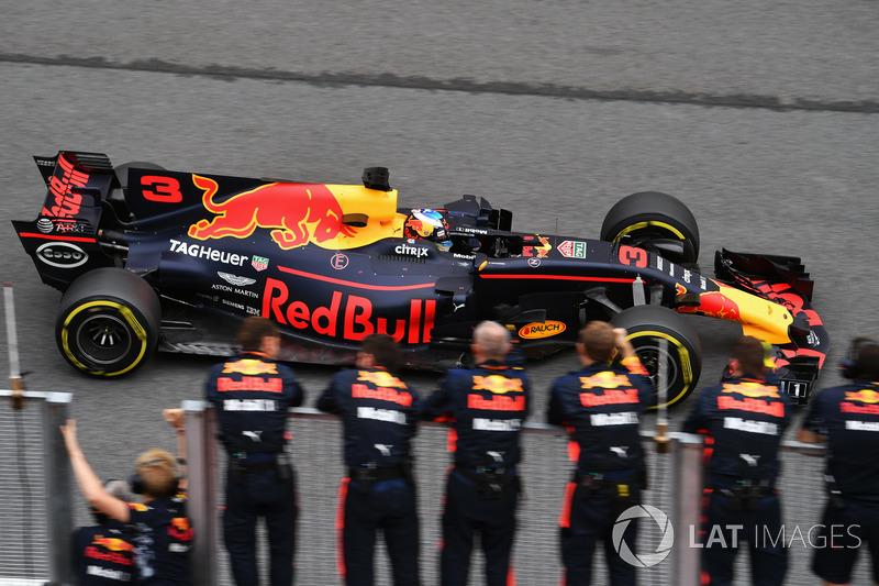 Daniel Ricciardo, Red Bull Racing RB13 melewati garis finis