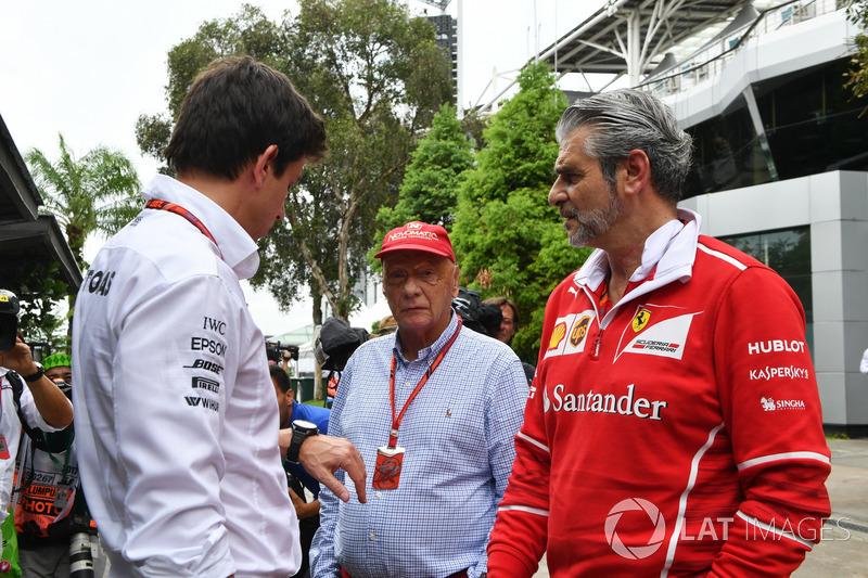 Toto Wolff, Direttore del Motorsport Mercedes AMG F1, Maurizio Arrivabene, Team Principal Ferrari e