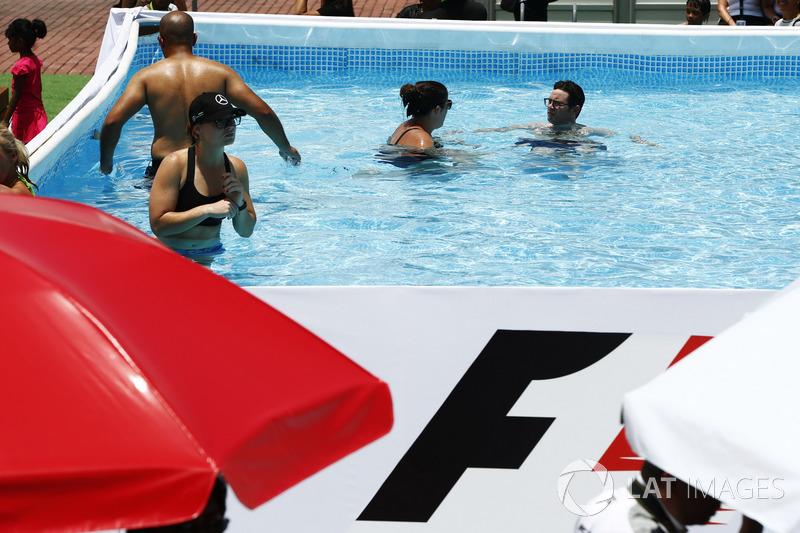 Уболівальники у бассейні