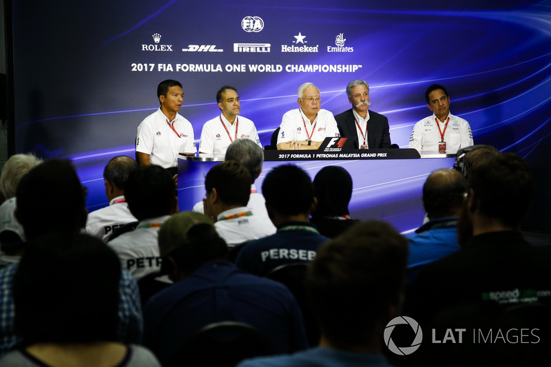 Chase Carey, presidente de Formula One, acoge una conferencia de prensa junto con el Presidente de Malasia