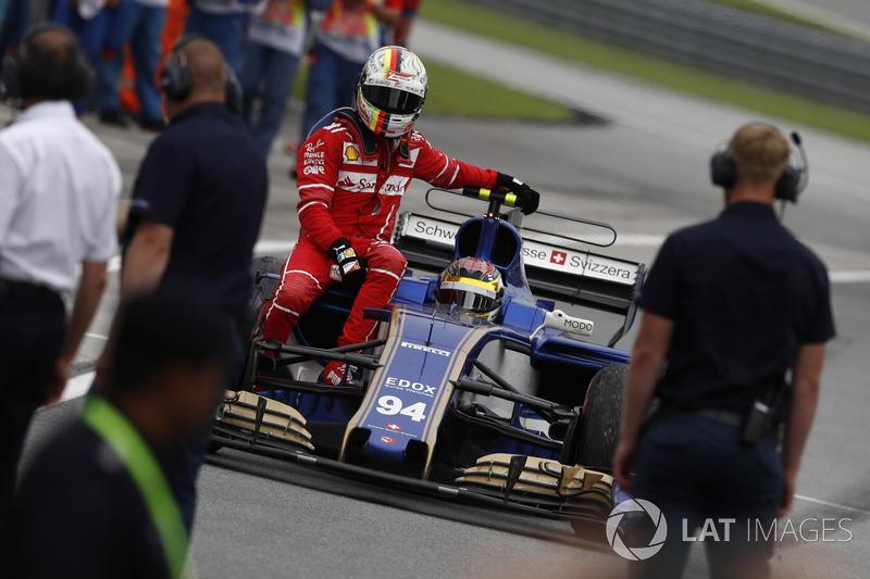 Sepang 2017: Sebastian Vettel (Ferrari) menumpang Pascal Wehrlein (Sauber)