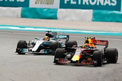 Max Verstappen, Red Bull Racing RB13, pasa a Lewis Hamilton, Mercedes AMG F1 W08