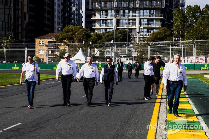 Посадовці FIA йдуть треком: стюард Дерек Ворік, Чарлі Вайтінг, гоночний директор,  Лорент Мекіс, заступник гоночного директора Ф1