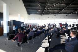 Valtteri Bottas, Mercedes AMG F1, discute avec Bradley Lord, responsable communication Mercedes-Benz Motorsport devant les médias