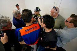 Le vainqueur Jonathan Rea, Kawasaki Racing, Kawasaki avec les médias