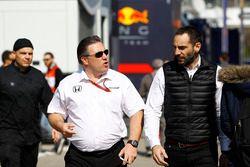 Исполнительный директор McLaren Technology Group Зак Браун и управляющий директор Renault Sport F1 С