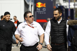 Zak Brown, director ejecutivo de McLaren Technology Group, habla con Cyril Abiteboul, director de Renault Sport F1 Team Sport F1