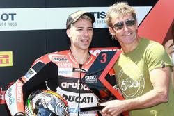 Marco Melandri, Ducati Team, félicité par Troy Bayliss après sa troisième place dans la Superpole