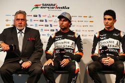 El Dr. Vijay Mallya, dueño del equipo Sahara Force India F1 con Sahara Force India F1, Sergio Pérez