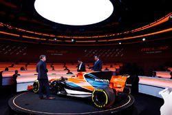 Honda-Projektleiter Yusuke Hasegawa und McLaren-Rennleiter Eric Boullier mit dem McLaren MCL32
