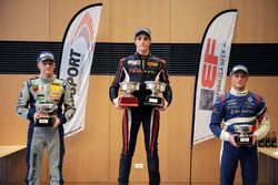 Podio Gara 1: Race winner Yan Leon Shlom, Fortec Motorsports; il secondo classificato Jannes Fittje, Fortec Motorsports; il terzo classificato Nikita Troitskiy, Drivex