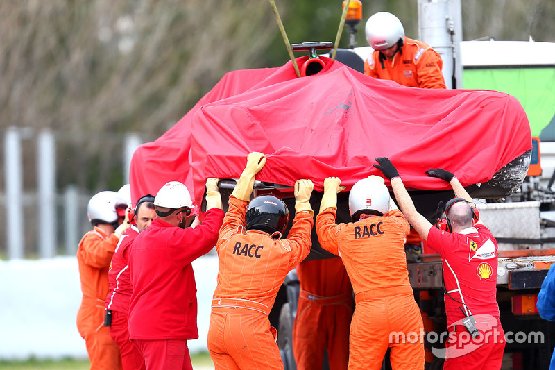 Proses evakuasi mobil Kimi Raikkonen, Ferrari SF70H, usai kecelakaan