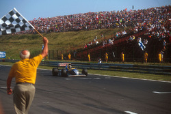 Damon Hill, Williams FW15C Renault takes the chequered flag