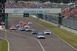 GT500 Start, #24 Kondo Racing Nissan GT-R Nismo GT3: Daiki Sasaki, Joao Paulo de Oliveira lider