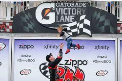1. Kyle Busch, Joe Gibbs Racing Toyota, mit Sohn Brexton