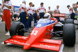 Alan Jones, Lola THL1-Hart, on the grid with Ross Brawn, Chief Aerodynamicist