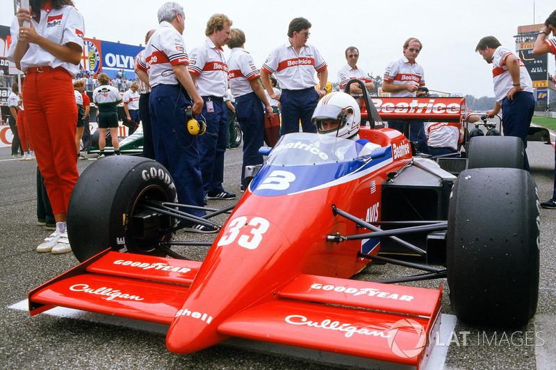 Alan Jones, Lola THL1-Hart, en la parrilla con Ross Brawn, jefe de aerodinámica