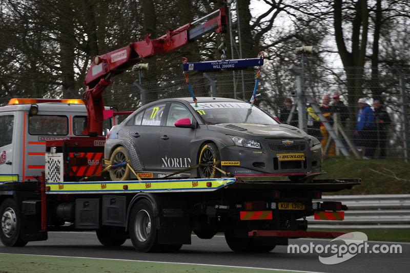 Dave Newsham, BTC Norlin Racing Chevrolet Cruze después de choque