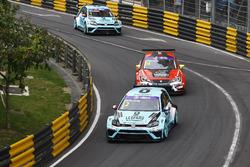 Jean-Karl Vernay, Leopard Racing, Volkswagen Golf GTI TCR; Pepe Oriola, Craft Bamboo Racing SEAT Leó