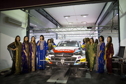 Grid girls bij de auto van Tom Chilton, Sébastien Loeb Racing, Citroën C-Elysée WTCC
