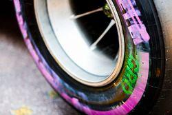 Muestras de raspado en la pared de un neumático perteneciente a Romain Grosjean, Haas F1 Team