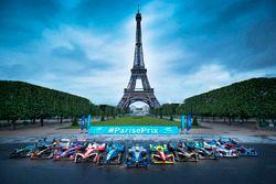 Coches de Fórmula E alineados frente a la Torre Eiffel