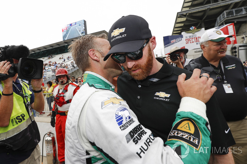 Ed Carpenter, Ed Carpenter Racing Chevrolet is congratulated by a Chevrolet engineer