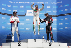 Podium: winnaar Tiago Monteiro, Honda Racing Team JAS, Honda Civic WTCC, tweede Tom Chilton, Sébasti