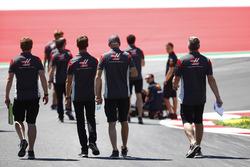 Membri del team Haas F1, tecnici Red Bull al lavoro
