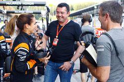 McLaren organiseert een volledig vrouwelijke pitstop. Eric Boullier, Racing Director, McLaren