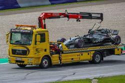 De auto van Romain Grosjean, Haas F1 Team VF-17 wordt geborgen