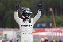 Valtteri Bottas, Mercedes AMG F1 W08, festeggia la vittoria nel parco chiuso