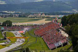 Valtteri Bottas, Mercedes AMG F1 W08, voor Sebastian Vettel, Ferrari SF70H, Daniel Ricciardo, Red Bu