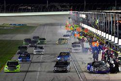 Ryan Truex, Hattori Racing Enterprises Toyota y el resto de los coches en pit stops