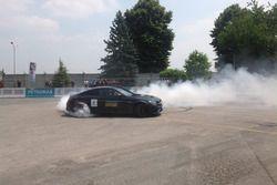 Valtteri Bottas si esibisce in un burn out sulla Mercedes C63 AMG