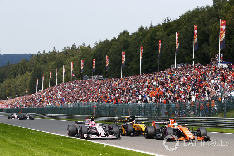Fernando Alonso, McLaren MCL32, in gevecht met Nico Hülkenberg, Renault Sport F1 Team RS17, Esteban Ocon, Sahara Force India F1 VJM10