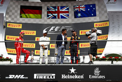 Podium : le deuxième, Sebastian Vettel, Ferrari, le vainqueur Lewis Hamilton, Mercedes AMG F1, Mark Webber et le troisième, Daniel Ricciardo, Red Bull Racing