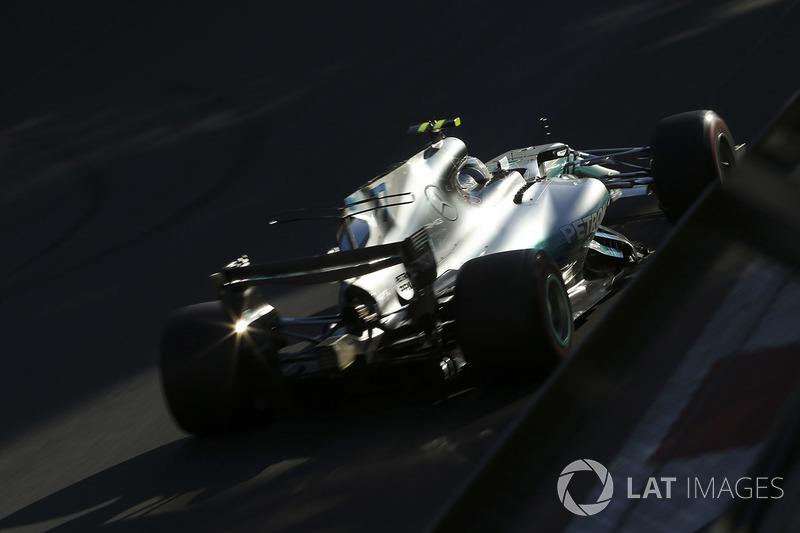 Bandiera a scacchi - Valtteri Bottas, Mercedes AMG F1 W08 e Lance Stroll, William W40