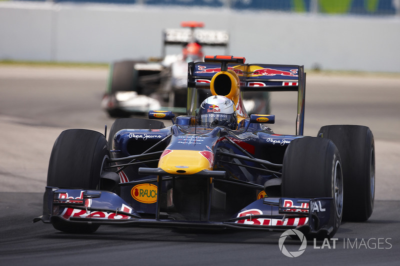 Sebastian Vettel, Red Bull Racing RB6, devance Michael Schumacher, Mercedes W01