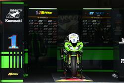 La moto dañada de Kenan Sofuoglu, Kawasaki Puccetti Racing