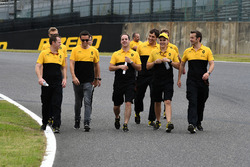 Jolyon Palmer, Renault Sport F1 Team walks the track