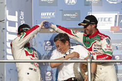 Podium: Tiago Monteiro, Honda Racing Team JAS, Honda Civic WTCC et Norbert Michelisz, Honda Racing Team JAS, Honda Civic WTCC