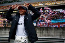 Lewis Hamilton, Mercedes AMG, feiert vor der Tribüne mit britischen Flaggen