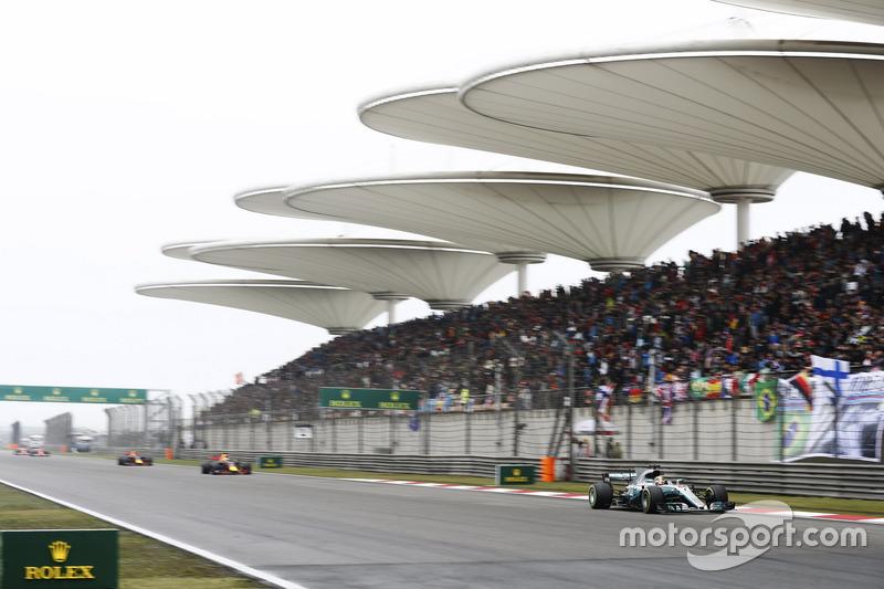 Lewis Hamilton, Mercedes AMG F1 W08, vor Daniel Ricciardo, Red Bull Racing RB13