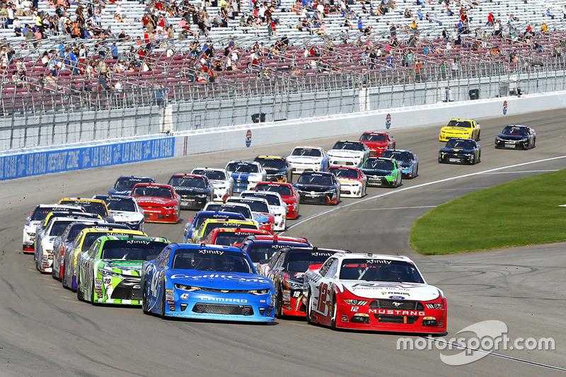 Reinicio: Kyle Larson, Chip Ganassi Racing Chevrolet, Joey Logano, Team Penske Ford