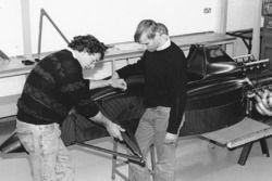 Gary Anderson a la izquierda, durante el montaje de el Jordan 191