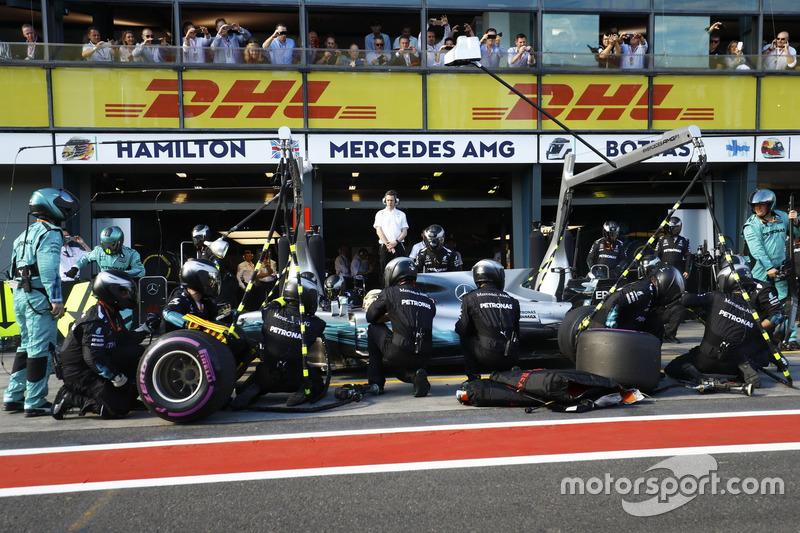 Lewis Hamilton, Mercedes AMG F1 W08 a los pits